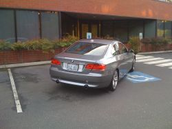 BMW 335i auf einem Behinderten-Parkplatz