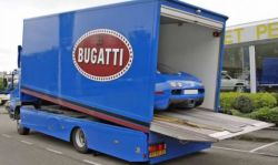 Bugatti Veyron mit passendem Transporter